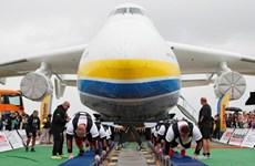 8 vận động viên người Ukraine lập kỷ lục kéo máy bay lớn nhất thế giới