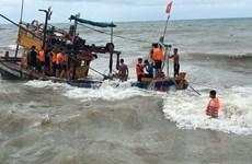 Kiên Giang: Kịp thời trục vớt tàu cá bị sóng đánh chìm trên biển