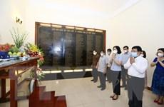 [Photo] Lãnh đạo TTXVN thắp hương tưởng niệm các anh hùng, liệt sỹ