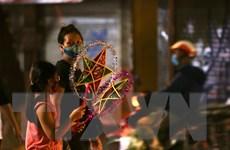 [Photo] Người dân Hà Nội mua sắm đón Tết Trung Thu đặc biệt