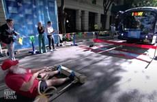 Người đàn ông kéo chiếc xe buýt nặng 15.000kg lập kỷ lục Guinness