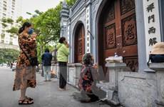 Đi lễ ngày rằm, người dân Thủ đô vái vọng ngoài cổng chùa, tuân thủ 5K