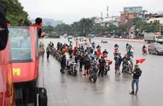 Xe buýt mui trần chở đoàn phóng viên lên sân bay đón U23 Việt Nam
