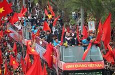 Biển người hâm mộ chào đón các tuyển thủ U23 tại sân bay Nội Bài