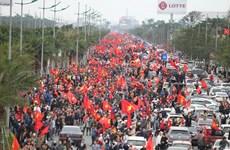 Đoàn diễu hành khổng lồ của người hâm mộ U23 tại Nội Bài