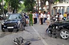 [Video] Xế hộp bị bẹp đầu vì tai nạn liên hoàn ở Hà Nội