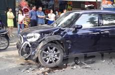 Xế hộp gây tai nạn liên hoàn trên phố Nguyễn Du, Hà Nội