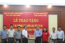 Tặng thiết bị thông tin liên lạc cho ngư dân vùng biển Quảng Ninh