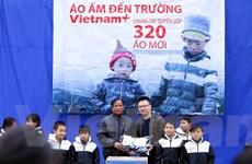 """VietnamPlus tặng áo ấm cho học sinh """"xã mồ côi"""" miền Tây xứ Nghệ"""