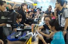 Hà Nội: Nhiều người đội mưa đến mua Galaxy Note 7 chính hãng