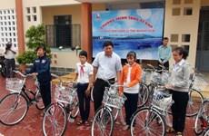 Gần 300 suất quà đến với trẻ em vùng lũ Quảng Ngãi