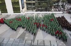 Thái lập kỷ lục Guinness với cây thông Noel từ người thật