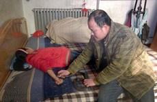 Người cha dại dột dùng nọc rắn hổ mang chữa bệnh cho con