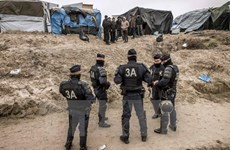 Pháp bắt đầu giải tỏa khu lán trại trái phép ở cảng Calais