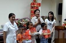 Tặng quà cho các bệnh nhi mắc bệnh hiểm nghèo nhân dịp Trung thu