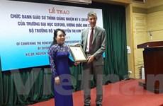Đại sứ Anh trao chức danh Giáo sư thỉnh giảng cho Bộ trưởng Tiến