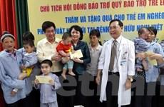 Phó Chủ tịch nước thăm, tặng quà cho bệnh nhân nghèo