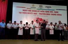Hàng trăm nhân viên Viện huyết học được trao thẻ hiến tạng