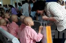 Phó Chủ tịch nước tặng quà cho bệnh nhi ung thư dịp Trung Thu