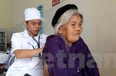 Bộ trưởng Nguyễn Thị Kim Tiến tặng quà cho trạm y tế xã ở Phú Thọ