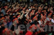 Hàng ngàn người dân tập trung ở Bờ Hồ tiếp lửa tuyển Việt Nam