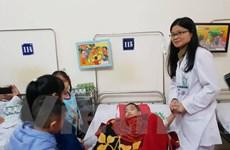 Tặng 100 bức tranh giúp bệnh nhân ung thư tại Bệnh viện Bạch Mai