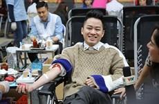 Ca sỹ Tùng Dương hiến máu nhân đạo ở Lễ hội Xuân Hồng
