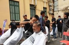 Bệnh nhân được cắt tóc miễn phí ở Ngày hội nhân ái - Kết nối sẻ chia