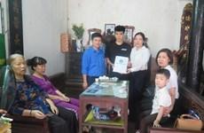 Tặng thẻ bảo hiểm y tế cho hai con của nữ công nhân tử nạn ở Hà Nội