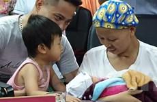 Điều kỳ diệu: Sản phụ ung thư giai đoạn cuối bế con trai xuất viện