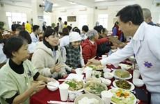 Xúc động bữa cơm tất niên cùng người bệnh ung thư tại bệnh viện