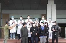 Bác sỹ bệnh viện nhiệt đới và BN21 là 2 trong 11 ca khỏi bệnh ngày 7/4