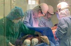 Cặp song sinh chào đời trong phòng cách ly phòng dịch COVID-19