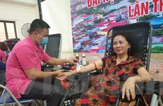 Hàng trăm người trung tuổi cùng tham gia hiến máu nhân đạo