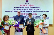 Tặng kỷ niệm chương cho chuyên gia UNAIDS và CDC Hoa Kỳ tại Việt Nam