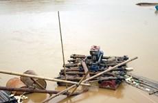 """""""Cát tặc"""" tái diễn trên sông Luộc đe dọa cuộc sống của dân"""