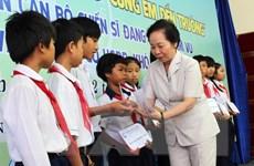 """Trao học bổng """"Cùng em đến trường"""" cho trẻ em khó khăn Hà Nội"""