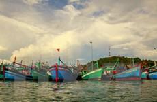 Hỗ trợ máy thông tin liên lạc tầm xa cho ngư dân trên biển
