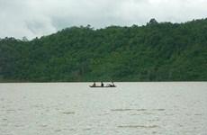 Lật xuồng trên hồ thủy điện, 2 cán bộ truy bắt lâm tặc bị mất tích