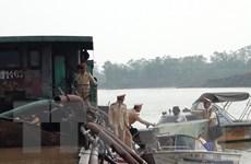 Tạm giữ 4 tàu khai thác cát trái phép trên tuyến sông Đuống