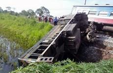 Tàu hỏa va chạm xe tải khiến hai toa tàu bị lật, một người tử vong