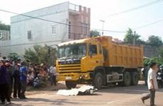 Bình Phước: Bị xe ben tông, 3 người trên xe máy thương vong
