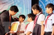 """""""Thắp sáng ước mơ"""" trao học bổng cho hơn 1.000 trẻ em nghèo"""