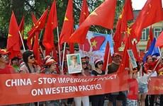 Người Việt tại Đức biểu tình phản đối Trung Quốc xây đảo trái phép