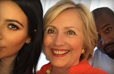 """Kim Kardashian khoe ảnh """"tự sướng"""" với bà Hillary Clinton"""