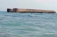 Lật thuyền chở khoảng 100 người ở ngoài khơi Malaysia
