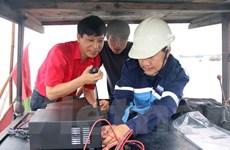 Trao tặng thiết bị thông tin liên lạc cho ngư dân các tỉnh ven biển