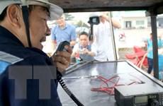 Tặng thiết bị thông tin liên lạc cho các chủ tàu cá tại Trà Vinh