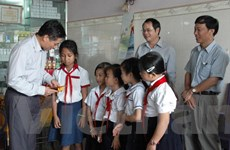 Chúc Tết và tặng quà cho bà con Việt kiều tại Campuchia