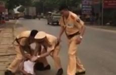 Bị dừng xe kiểm tra, dùng dao dài 1m đe dọa cảnh sát giao thông